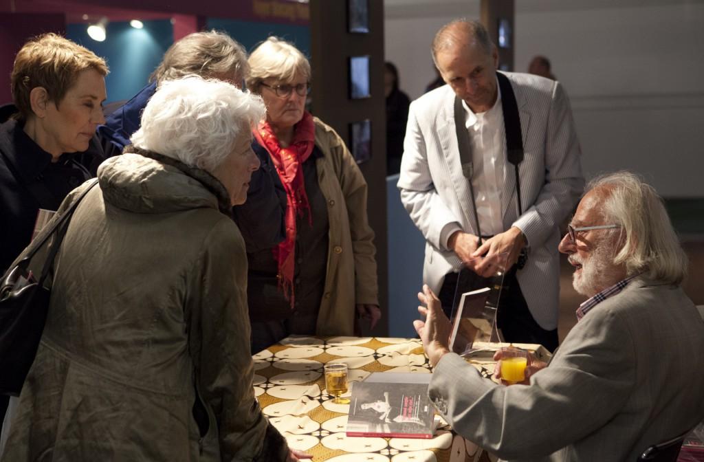 Gerard Termorshuizen signerend op de Tong Tong Fair (foto Henriette Guest)