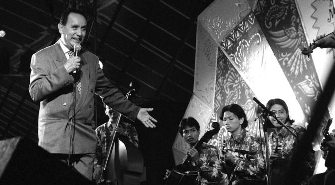 Krontjongzanger Guus Becker op de Pasar Malam Besar in 1994 (foto Siem Boon)