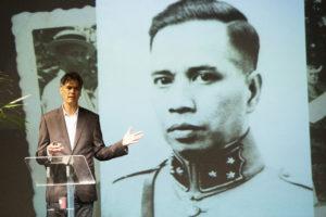 Herman Keppy met foto van Kapitein Eddy Latuperisa